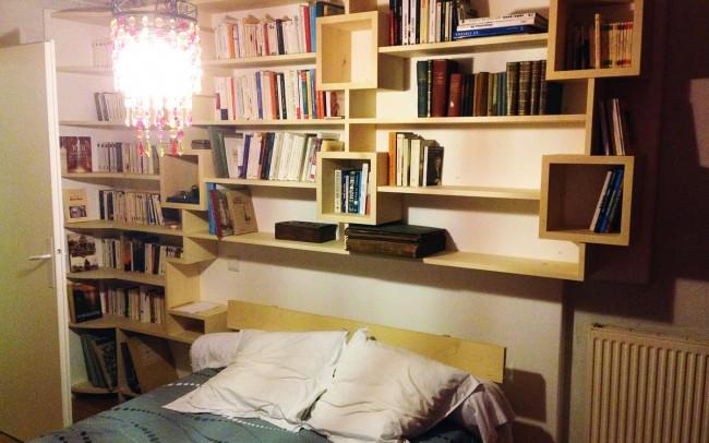 Bibliothèque et lit en sycomore massif