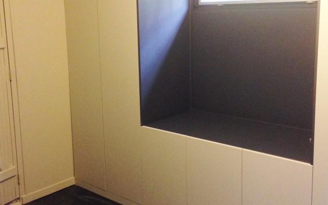 Grand placard avec penderie et petit bureau, Caisson en mélaminé blanc, porte et plateau de bureau en MDF, Finition laque satinée