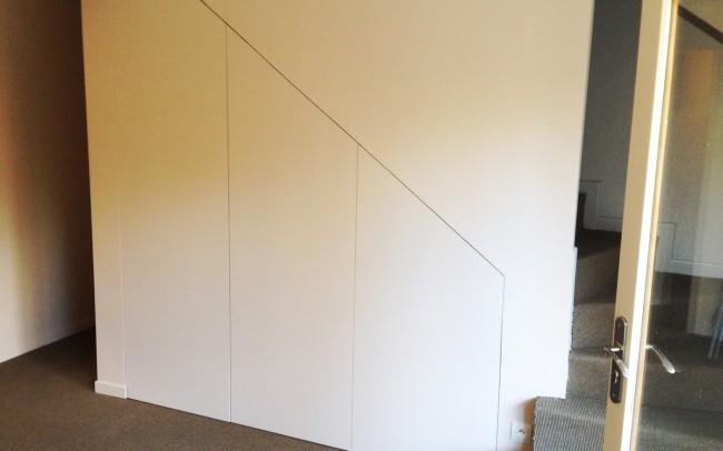 Grand placard sur mesure sous escalier