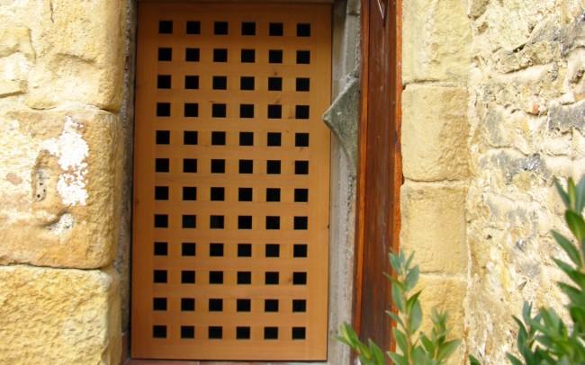 Porte de cave ajourée en mélèze