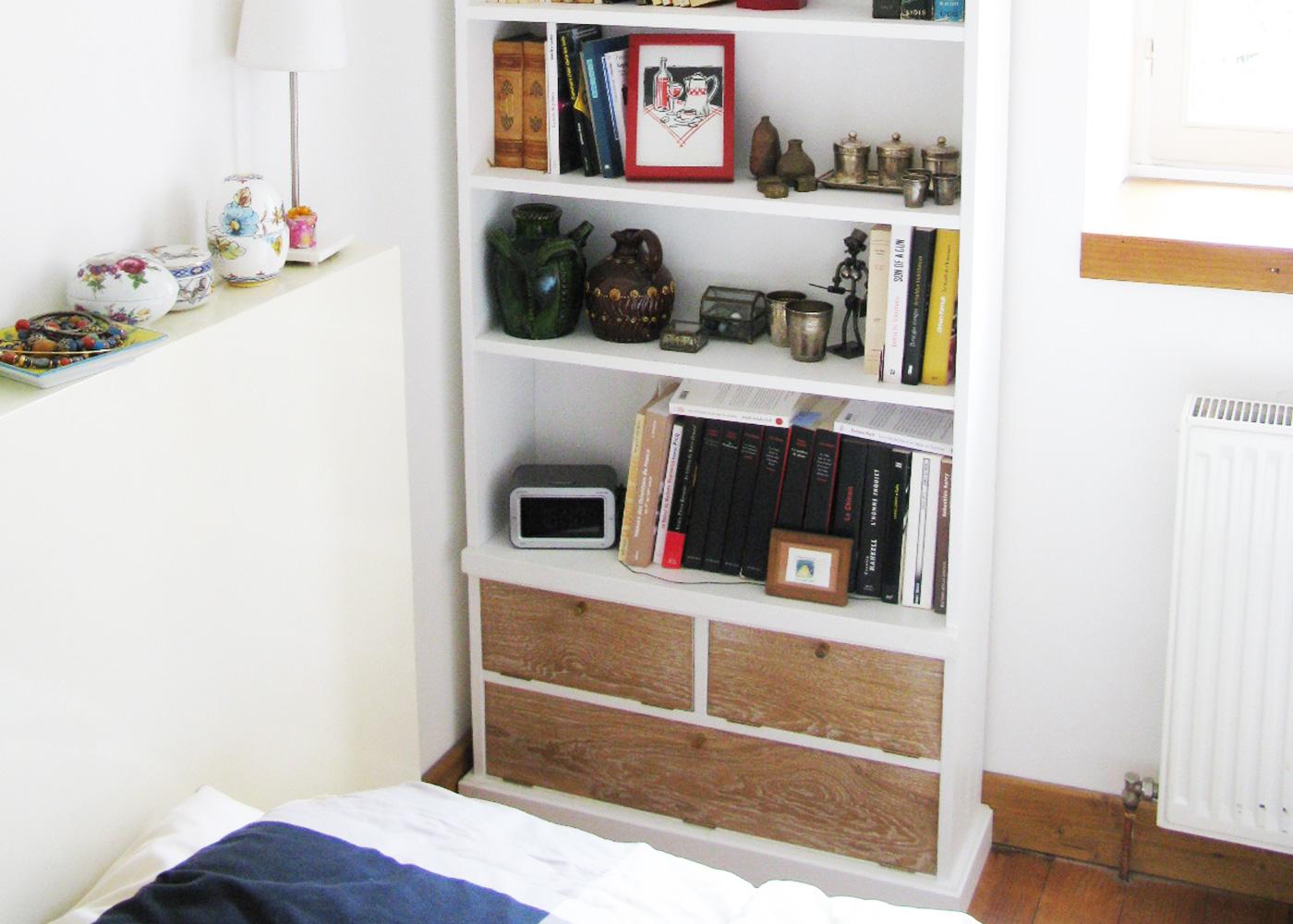 Petite bibliothèque en 3 plis épicéa, Finition laque blanc satiné, Abattants en chêne massif cérusé